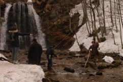Die Josefsthaler Wasserfälle verleihen der Szene Dramatik